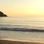 夕暮れの江ノ島付近の海岸
